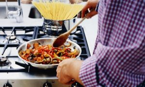Man-cooking-meal-in-a-fry-001
